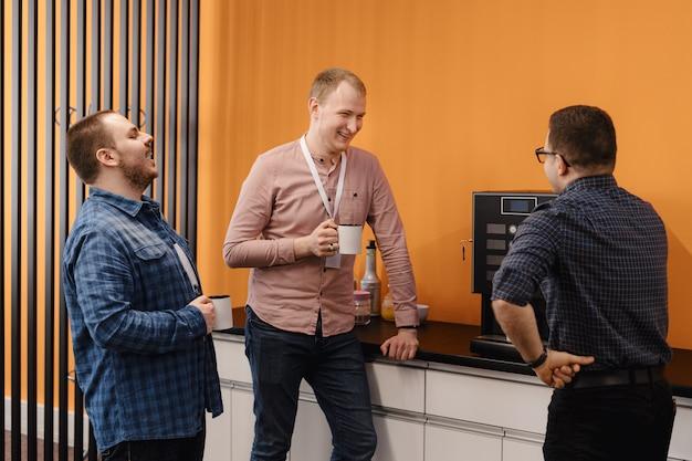 Grupo de compañeros de trabajo con un coffee break