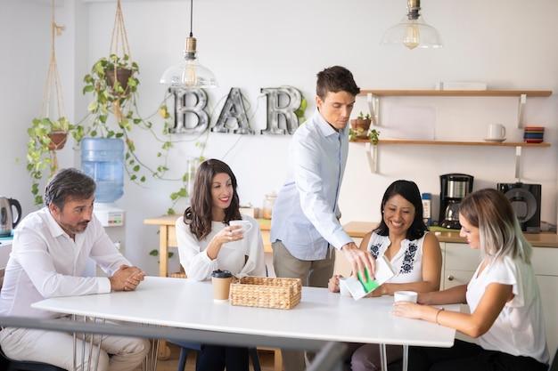 Grupo de compañeros de trabajo en la oficina en reunión