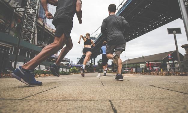 Grupo de corredores urbanos corriendo en la calle en la ciudad de nueva york, series conceptuales sobre deporte y fitness