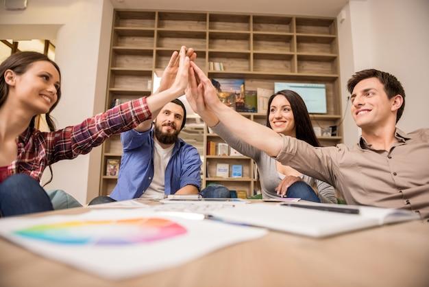 Grupo creativo de diseñadores que ponen las manos juntas.
