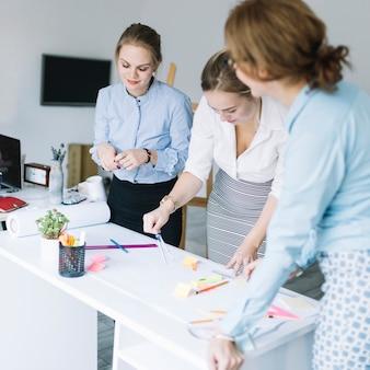 Grupo creativo de empresaria que prepara el plan empresarial en oficina