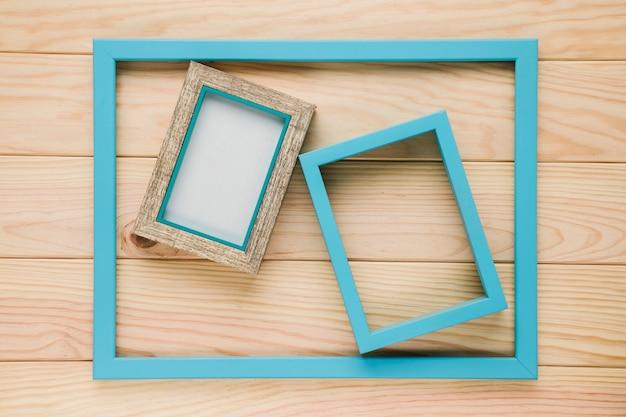 Grupo de cuadros azules sobre fondo de madera