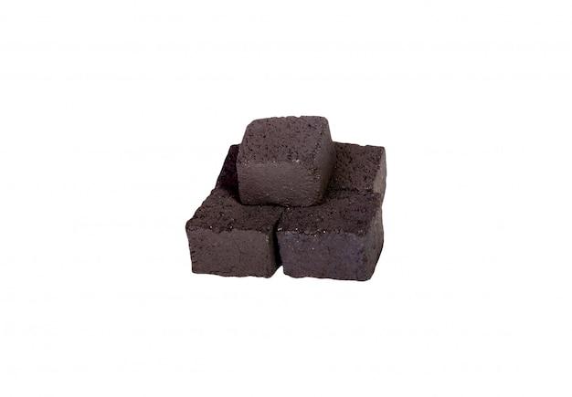 Grupo de cubos de carbón aislado sobre fondo blanco.