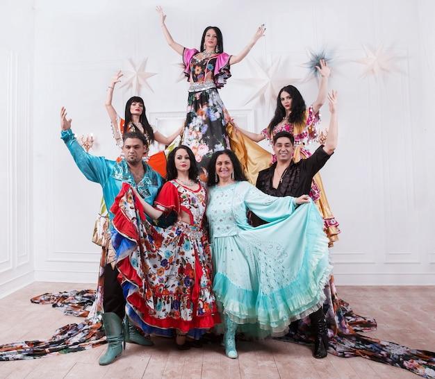 Grupo de danza gitana en trajes nacionales. foto con espacio para texto