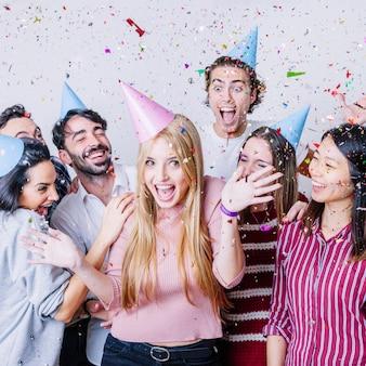 Grupo de amigos celebrando cumpleaños con confeti
