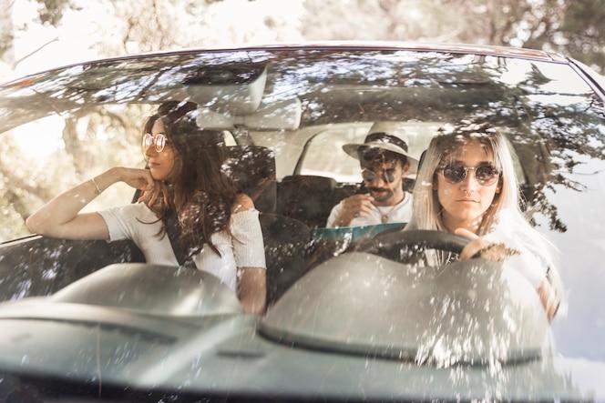 Grupo de amigos que viajan en coche de lujo