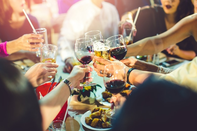 Grupo de chicas festejando tintineo de flautas con vino espumoso, amigo