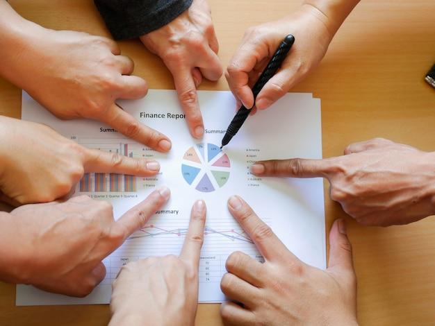 Grupo de dedo de punto de trabajo en equipo de negocios para el informe de negocios. concepto de éxito comercial