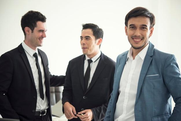Grupo de empresarios con el empresario para el liderazgo.
