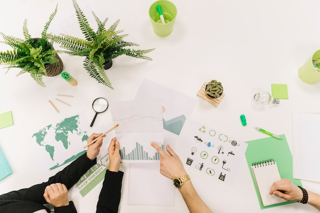 Grupo de empresarios mano trabajando en gráfico sobre fondo blanco