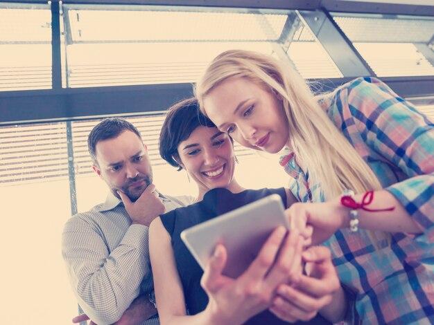 Grupo de gente de negocios trabajando con tableta en la oficina de inicio