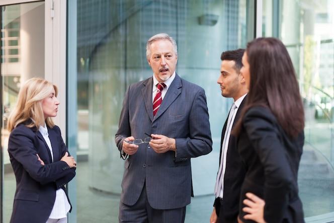 Grupo de hombres de negocios discutiendo sobre algo