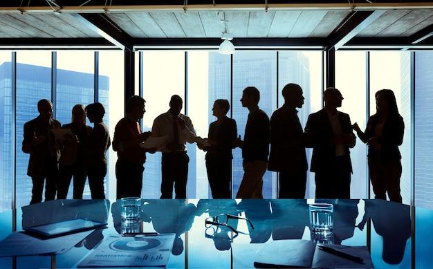 Grupo de negocios hablando en una reunión