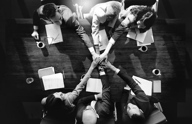 Grupo de personas diversas con el trabajo en equipo manos unidas
