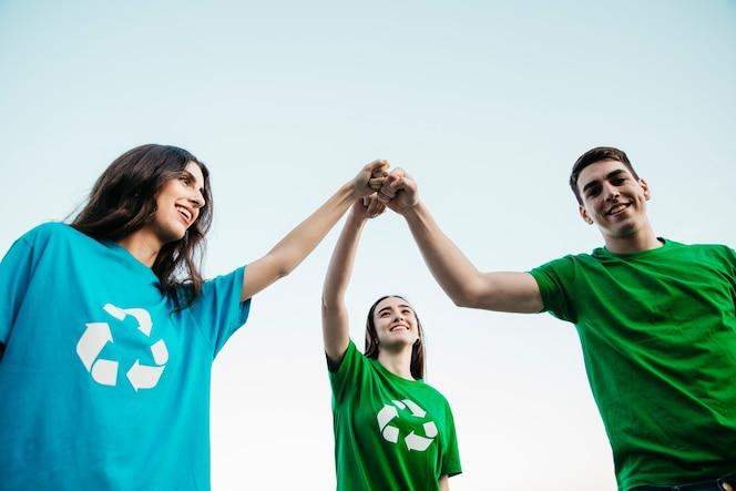 Grupo de voluntarios juntando las manos