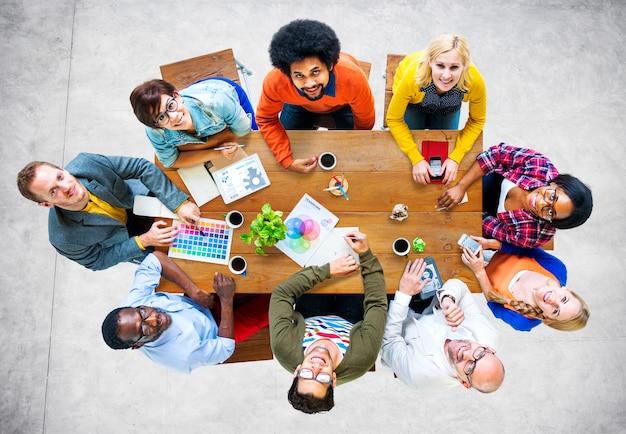 Grupo de diseñadores diversos que tienen un concepto de reunión
