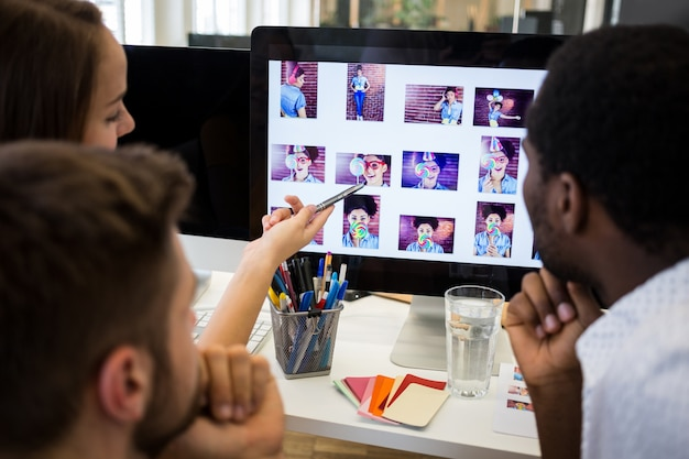 Grupo de diseñadores gráficos que interactúan sobre la computadora