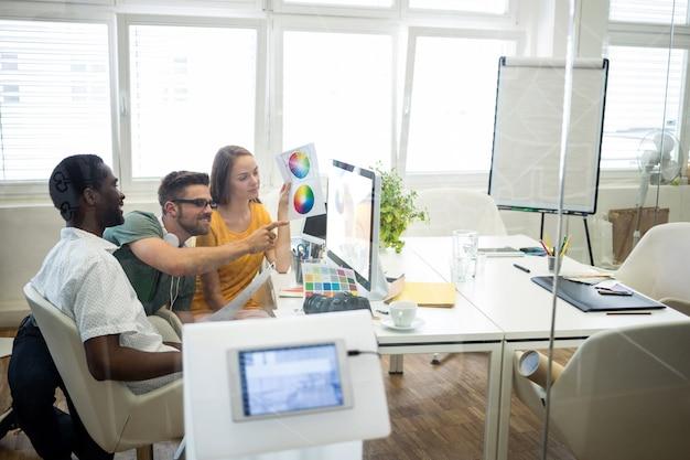 Grupo de diseñadores gráficos que trabajan en el ordenador