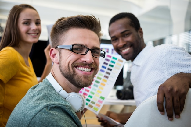 Grupo de diseñadores gráficos sonriendo
