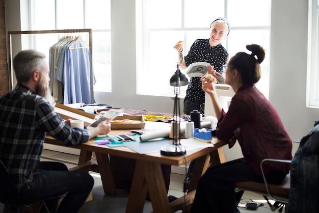 Grupo de diseñadores de moda hablando