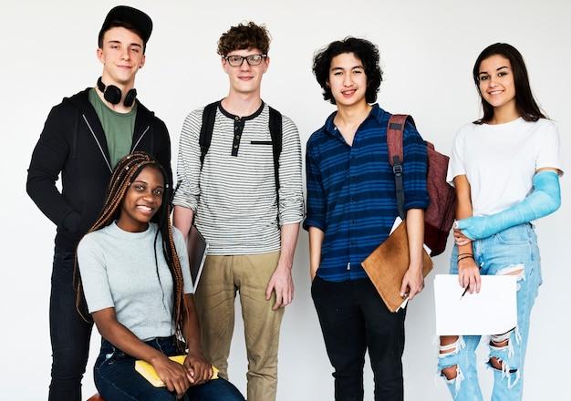 Grupo diverso de adolescentes disparan
