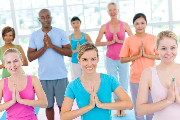 Grupo diverso de adultos haciendo ejercicio.