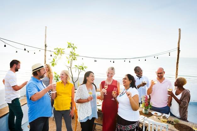 Grupo diverso de amigos disparar verano