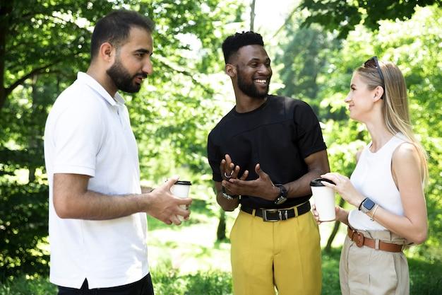 Grupo diverso de amigos hablando