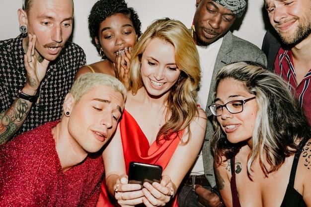 Grupo diverso de amigos mirando una linda foto