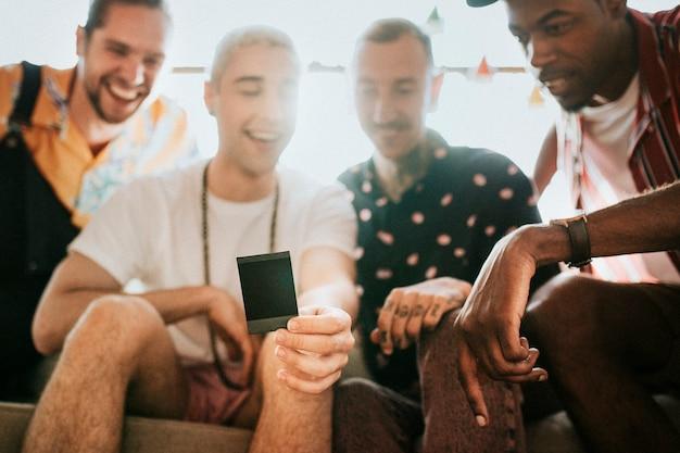 Grupo diverso de amigos que controlan la foto groupfie