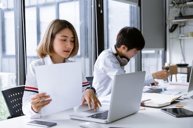 Grupo diverso de estudiantes universitarios de asia que estudian o trabajan juntos en una universidad.