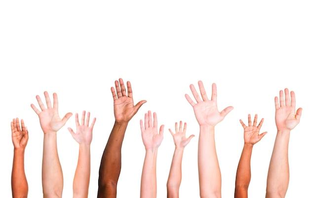 Grupo diverso de manos levantadas