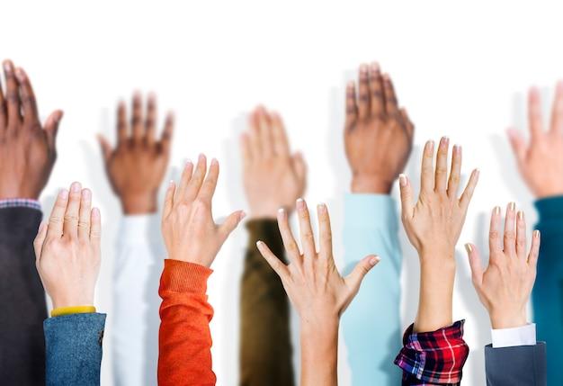 Grupo diverso de manos levantadas.