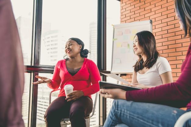 Grupo diverso de mujeres en ropa colorida en la reunión