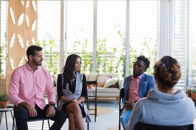 Grupo diverso de personas discutiendo temas juntos