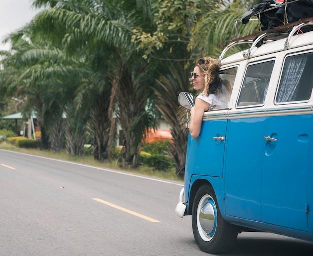 Grupo diverso de personas disfrutando de un viaje por carretera y festival.