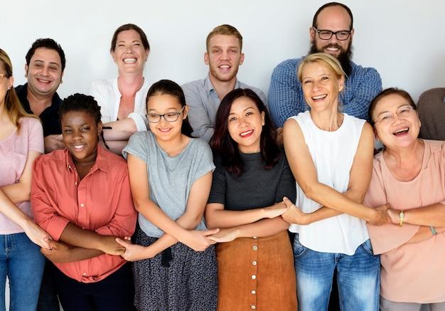Grupo diverso de personas juntas retrato de estudio