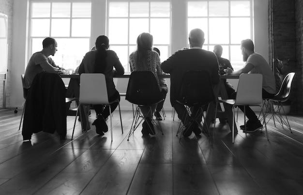 Grupo diverso de personas en un seminario.