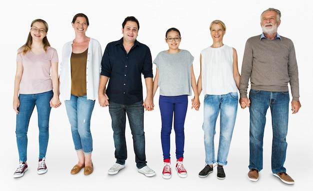Grupo diverso de personas sonriendo y sosteniendo la mano juntos