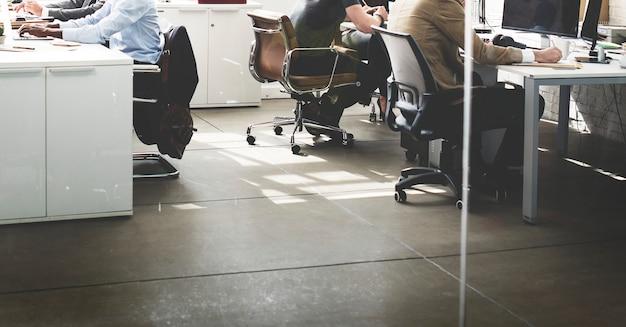 Grupo diverso de personas trabaja en la oficina.