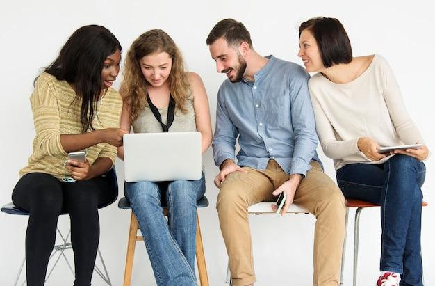 Grupo diverso de personas usando laptop