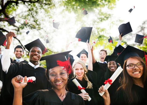 Grupo de diversos alumnos graduados.