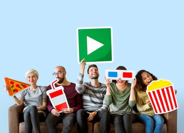 Grupo de diversos amigos con emoticonos de películas.