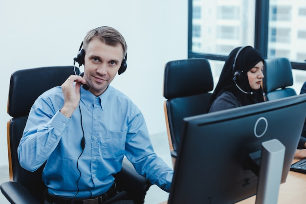 Grupo de diversos equipos de personal de servicio al cliente de telemarketing en call center.