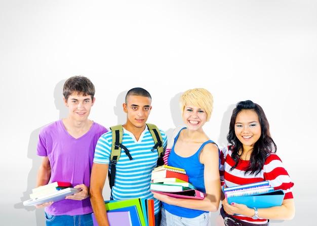 Grupo de diversos estudiantes alegres multiétnicos