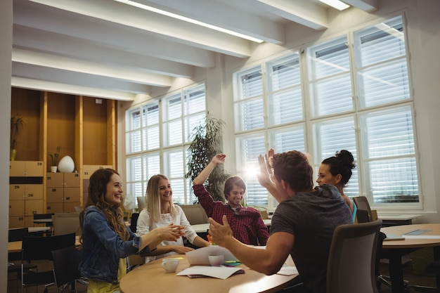 Grupo de ejecutivos de negocios dando de alta cinco