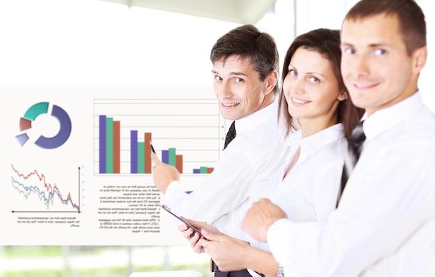 El grupo empresarial analiza el proyecto y sus ventas en el mercado