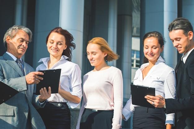 Grupo empresarial exitoso con placas y documentos en una oficina.