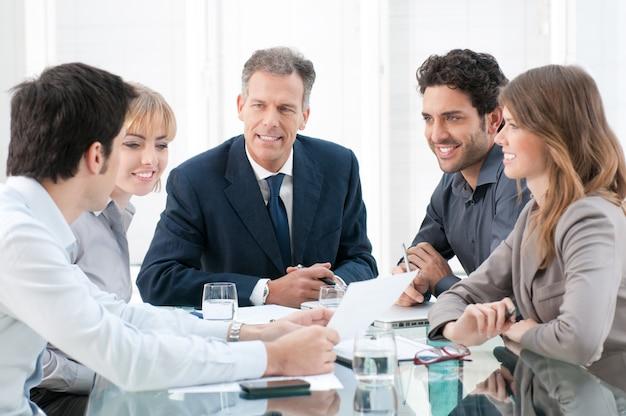 Grupo empresarial de personas discutiendo y trabajando juntos en la oficina