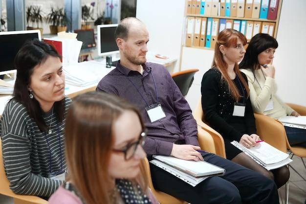 Grupo empresarial de trabajo, en la presentación del nuevo proyecto empresarial. el concepto de trabajo en equipo